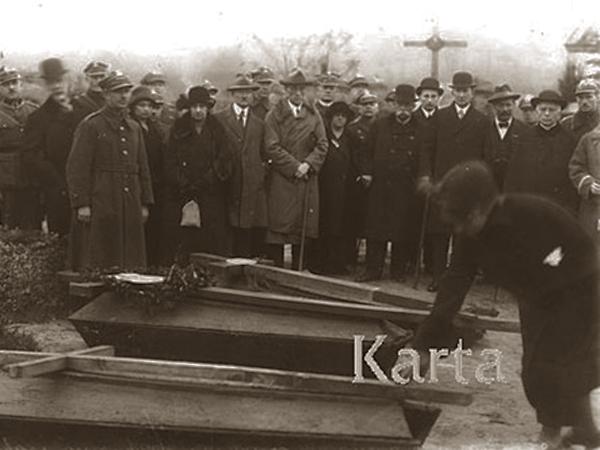 """Jadwiga Zarugiewiczowa - """"symboliczna żołnierska matka"""" dokonuje wyboru """"symbolicznego syna"""" (Fot. Karta)"""