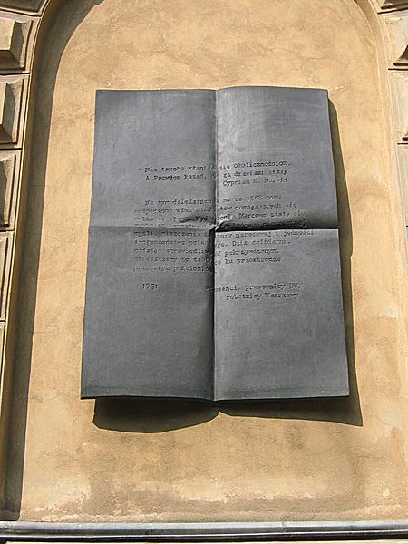 Tablica upamiętniająca wiec studentów UW domagających się wolności słowa (Fot. pl.wikipedia.org)