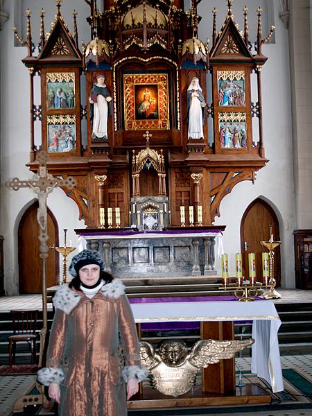 Autorka przed głównym ołtarzem kościoła w Czortków