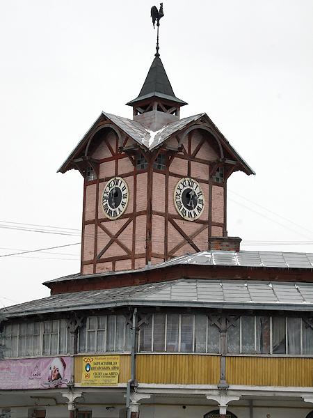 Wieża ratuszowa ze starym szwajcarskim zegarem (Fot. Sabina Różycka)