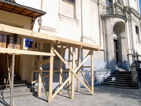 Rusztowania przy jedynym wejściu do świątyni. Marzec 2012 r.(Fot. Maria Basza)
