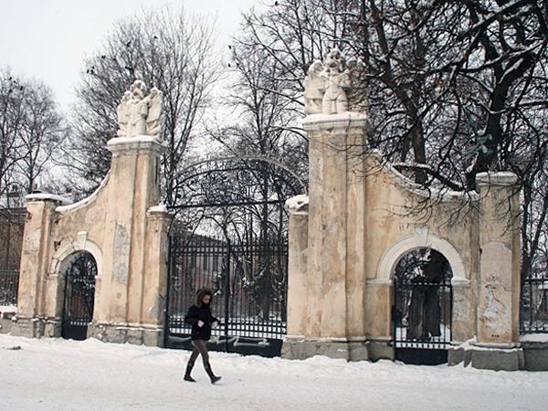 Magnat odnowi bramę pałacu Potockich?