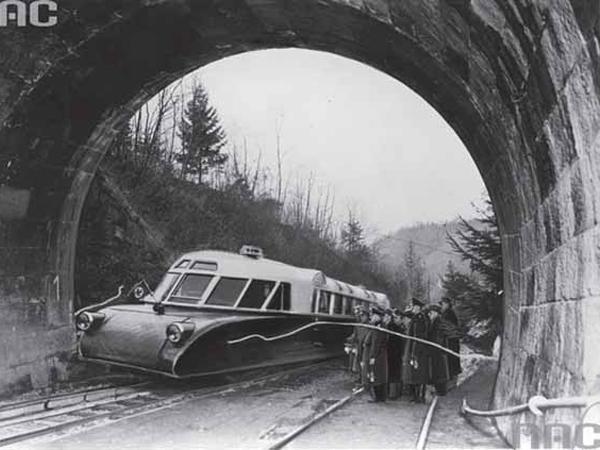 Lux-torpeda w niewoli niemieckiej. Tutaj przecina Niemcom wstęgę po remoncie tunelu w Kamionce Wielkiej na trasie Tarnów- Nowy Sącz (Fot. Narodowe Archiwum Cyfrowe)