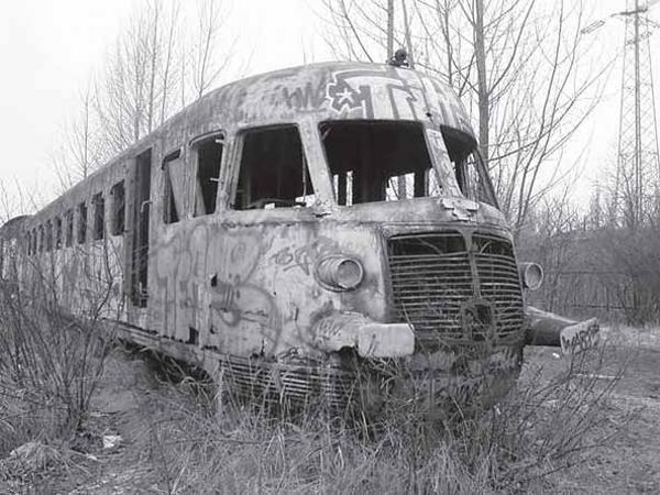 Obraz nędzy i rozpaczy, czyli to, co pozostało z SD 80, najszybszego pociągu Polski Ludowej (Fot. Narodowe Archiwum Cyfrowe)