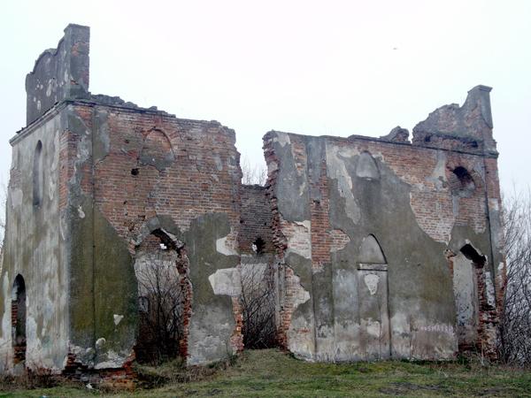 Jedyna pozostałość po majątku Korwin-Piotrowskich – ruiny rodowej kaplicy (Fot. Agnieszka Ratna)