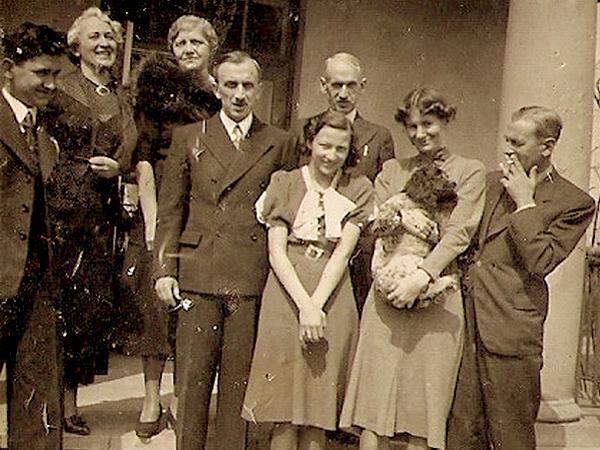 Mościce 1938. Romuald Wowkonowicz (w centrum od lewej) z bratem Janem, Janina Wowkonowiczówna z siostrą stryjeczną Ewą; Józef Wowkonowicz – brat Janiny (od lewej) i żona Jana Maria Wowkonowiczowa (archiwum rodzinne autora)