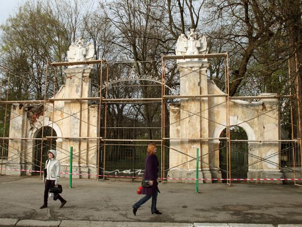Konserwacja bramy pałacu Potockich