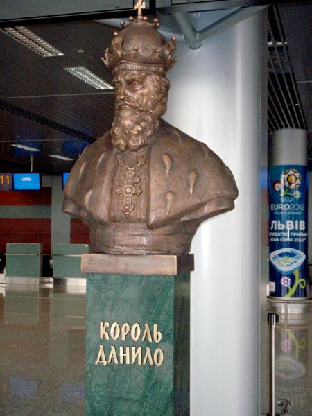 Odsłonięcie popiersia założyciela miasta i patrona lotniska – króla Daniela Halickiego (Fot. Konstanty Czawaga)