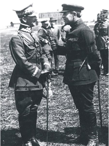 Symon Petlura i gen. Antoni Listowski wśród żołnierzy polskich – wyprawa kijowska, kwiecień 1920 (Fot. pl.wikipedia.org)