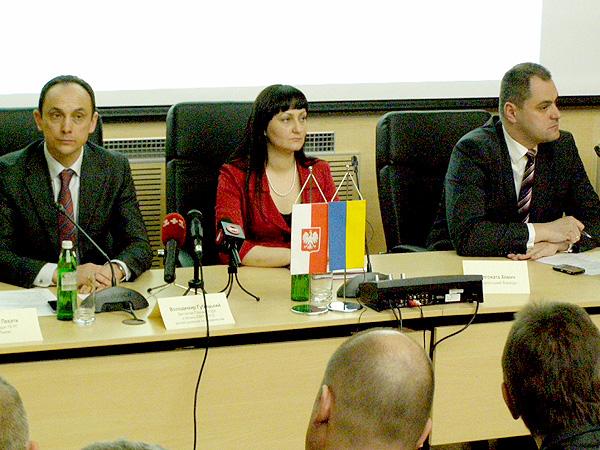 Od lewej: wicegubernator ds. EURO 2012 Wołodymyr Gubicki, wojewoda podkarpacki Małgorzata Chomycz i konsul Marcin Zieniewicz  (Fot. Krzysztof Szymański)
