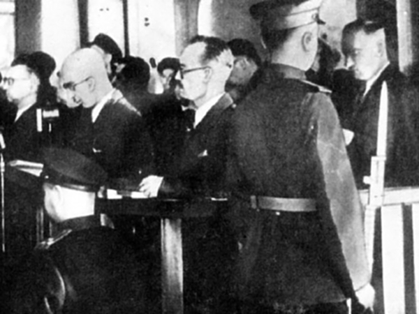 Ława oskarżenia w procesie szesnastu - Moskwa, czerwiec 1945 (Fot. pl.wikipedia.org)
