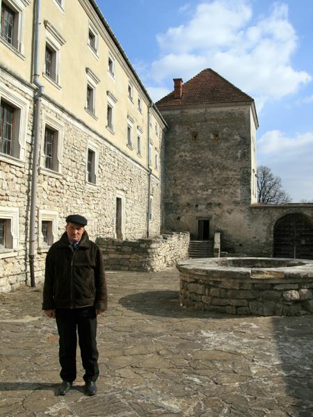Wołodymyr Mandziak na Dolnym dziedzińcu zamku w Świrżu (Fot. Dmytro Antoniuk)