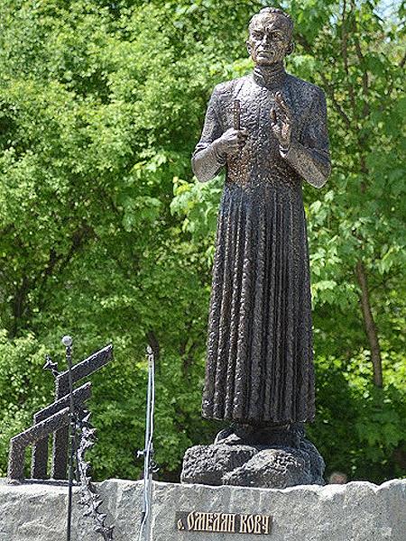 Pomnik bł. ks. Emiliana Kowcza w Przemyślanach