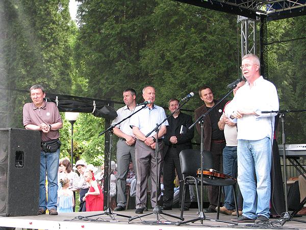 Pierwszy od lewej: konsul RP we Lwowie Marian Orlikowski, przemawia: konsul generalny RP we Lwowie Jarosław Drozd (Fot. Fot. Julia Łokietko)