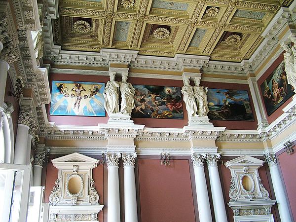 Aula gmachu głównego Politechniki Lwowskiej z 11 obrazami autorstwa Jana Matejki ilustrującymi rozwój ludzkości (en.wikipedia.org)