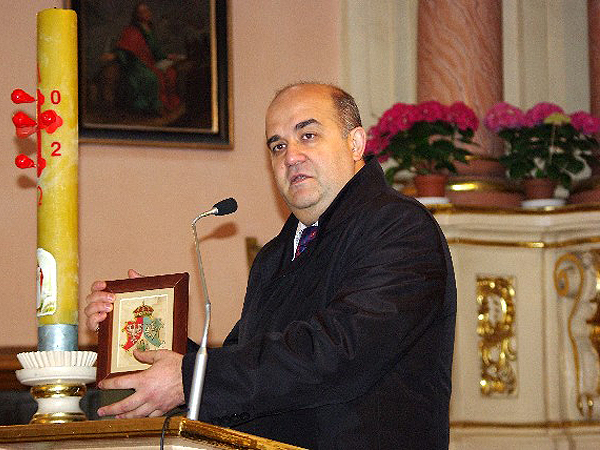 Profesor dr hab. Włodzimierz Osadczy prezentuje Herb Rzeczpospolitej Trojga Narodów (Fot. Towarzystwo Przyjaciół Ziemi Horodelskiej)