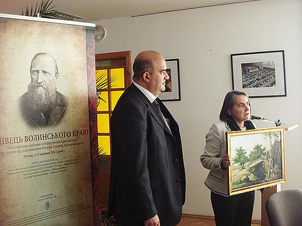 """Wręczenie kopii obrazu Kraszewskiego """"Krajobraz wołyński"""" (Fot. Włodzimierz Osadczy)"""