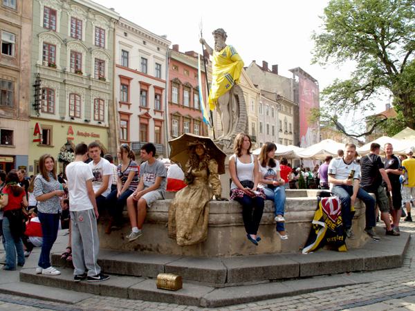 Neptun kibicuje na lwowskim rynku (Fot. Maria Basza)