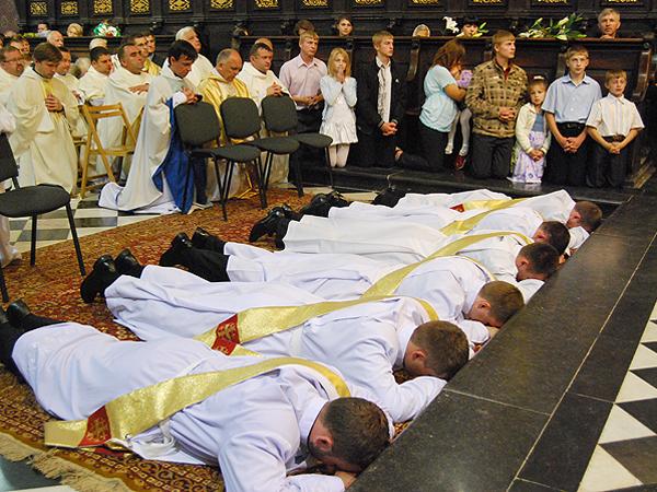 Diakoni przed święceniem (Fot. Konstanty Czawaga)