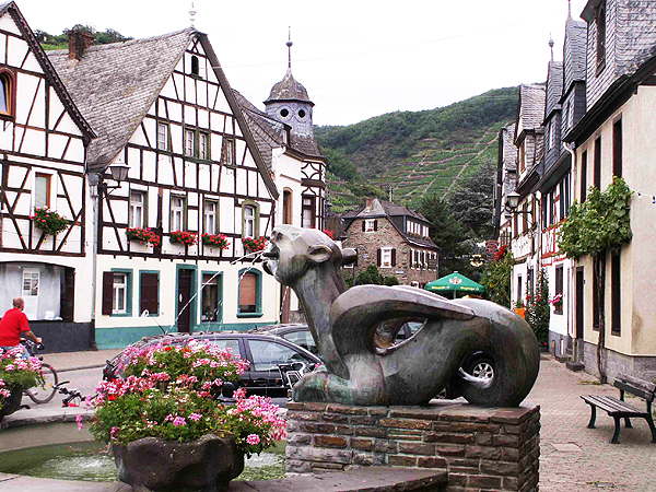 Fontanna przedstawiająca Tatzelwurma w miasteczku Brunnen, Szwajcaria (Fot. de.wikipedia.org)