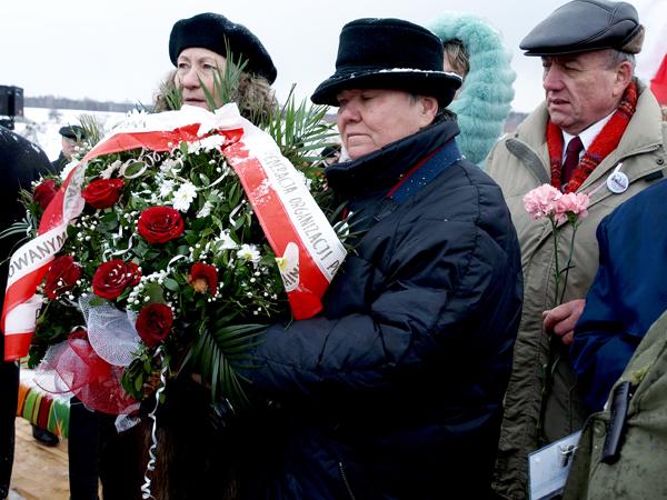 Emilia Chmielowa i Teresa Dutkiewicz składają wieniec do pomnika Polaków pomordowanych we wsi Huta Pieniacka (KG)