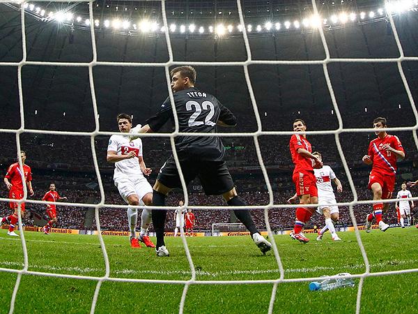 Alan Dzagojew strzela gola w bramkę reprezentacji Polski (Fot. LEONHARD FOEGER/REUTERS/fototelegraf.ru)