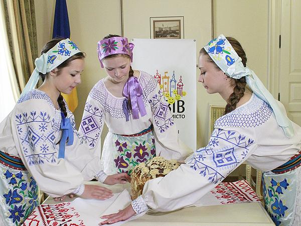 Korowaj, kto Ci miły, wybieraj (Fot. www.lviv2012media.com)