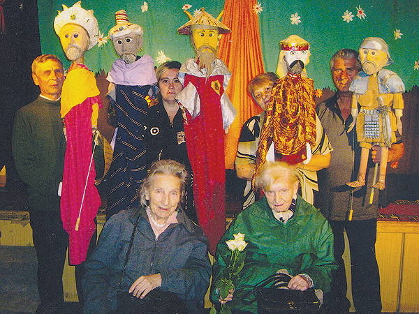 """Jasełka. Stoją od lewej: Jarosław Blinowski, Luba Bondarczuk, Barbara Zajdel i Alfred Klimczak. Siedzą Irena i Jadwiga Zappe (Fot. """"Zielona Żabka"""")"""
