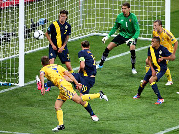 Andrij Szewczenko strzela gola (Fot. www.sport-express.ua)