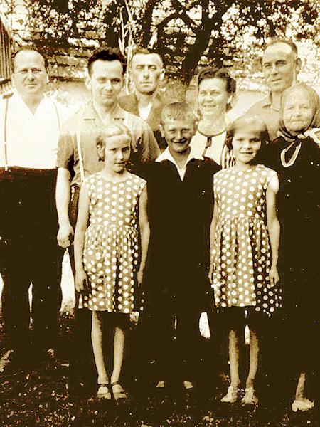 Od prawej Julia Danicka, jej córka Maria, w centrum Tomasz (mąż Marii i ojciec Ireny Danickiej) oraz goście z Polski (Fot. archiwum Ireny Danickiej