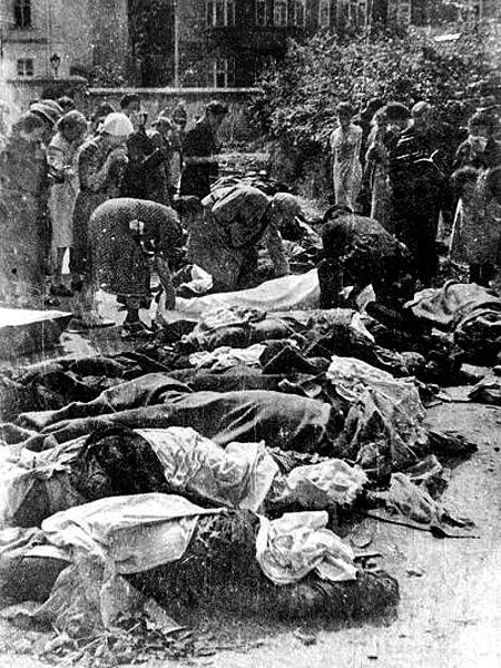 Zwłoki zamordowanych więźniów przez NKWD w czerwcu 1941 r. (Fot. kchodorowski.republika.pl)