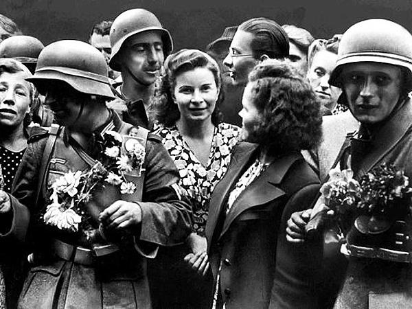 Lato 1941 roku. Dziewczęta ukraińskie witają kwiatami żołnierzy niemieckich na ulicach Lwowa (Fot. rp.pl)