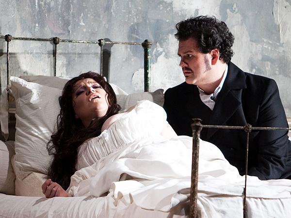 """Bohaterka opery """"Traviata"""" Giuseppe Verdiego umiera na grużlicę. Vancouver Opera (www.straight.com)"""