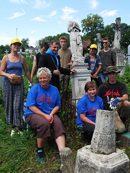 Dolnośląska młodzież ratuje cmentarze na Kresach