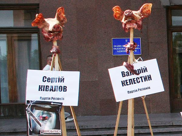 Przy budynku państwowej administracji wojewódzkiej W Iwano- Frankowsku (Fot. Sabina Różycka)