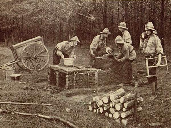 Budowa kuchni polowej (archiwum Beaty Kost)