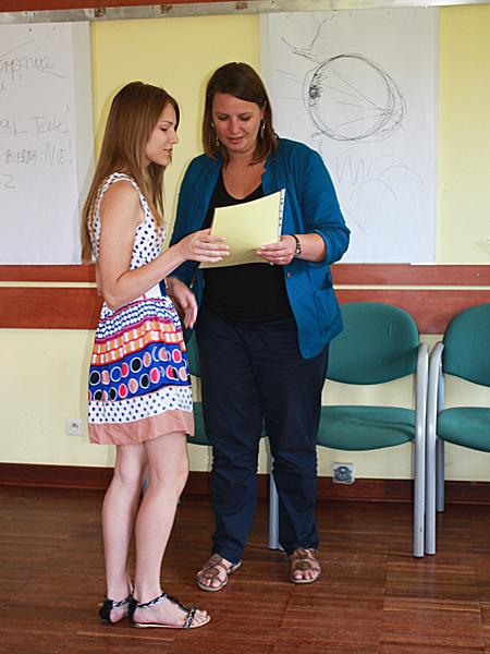 Magdalena Gnyp-Ścigocka (od prawej) wręcza certfikat Dominice Putkowej z Litwy (Fot. Alla Niewierowicz)