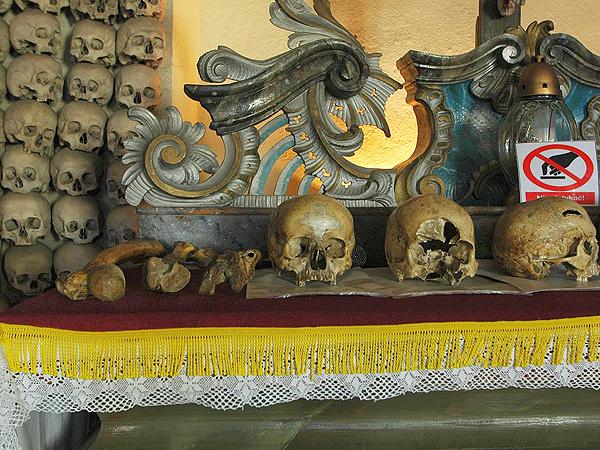 Czaszki ludzi niezwykłych na ołtarzu Kaplicy w Czermnej (Fot. commons.wikimedia.org)