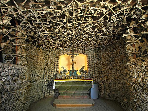 Ołtarz w Kaplicy Czaszek (Fot. swietlicapokolenwielkiklincz.blogspot.com)