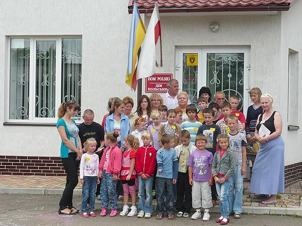 Przed Domem Polskim w Samborze (Fot. Kongres Oświaty Polonijnej)