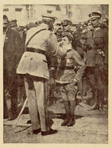 Rok 1920. Naczelnik Państwa Józef Piłsudski dekoruje harcerza Tadeusza Jeziorowskiego (11 lat) Krzyżem Walecznych (archiwum Beaty Kost)