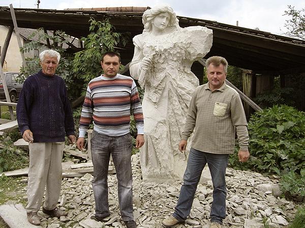 Artyści pracujący przy pomniku z Romanem Wilguszyńskim na czele (Fot. Rada Miasta Trembowli)