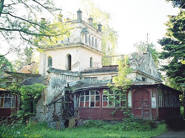 Budynek starej łaźni popada w ruinę (Fot. Marcin Romer)