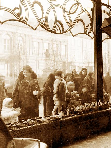 Dorośli i dzieci oglądający wystawę cukierni Ludwika Zalewskiego, Lwów 1933 (Fot. Narodowe Archiwum Cyfrowe)