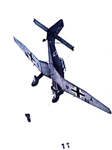 Sztukas bombarduje w locie nurkowym. Syreny już ma włączone (Fot. valkiria.net)