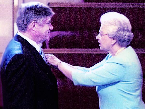 W 2003 r. królowa Elżbieta II uhonorowała Johna Sienkiewicza Orderem Imperium Brytyjskiego i tytułem Oficera Orderu (Fot. archiwum Elżbiety Tysson)