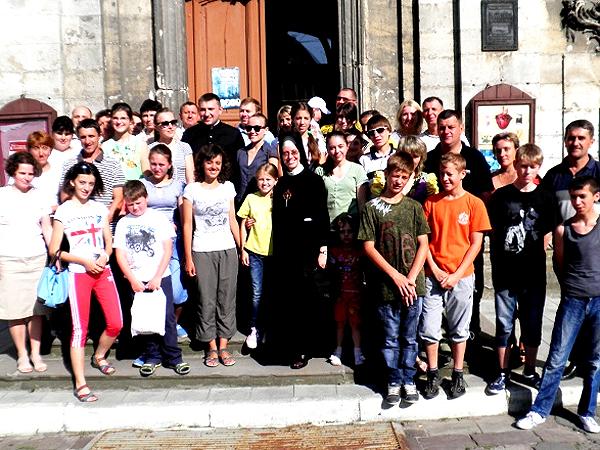 Uczestnicy Parafiady (Fot. Archiwum parafii w Złoczowie)