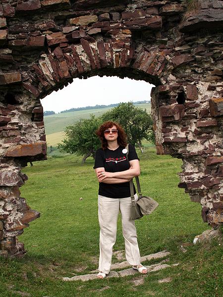 Sabina Różycka przy ruinach twierdzy w Podzameczku (Fot. archiwum autorki)