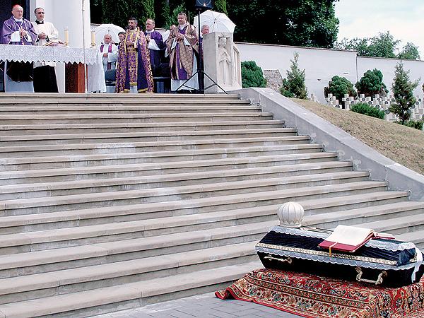 Uroczystość przeniesienia prochów abpa Józefa Teofila Teodorowicza na Cmentarz Orląt Lwowskich 7 czerwca 2011 r. (Fot. Maria Basza)