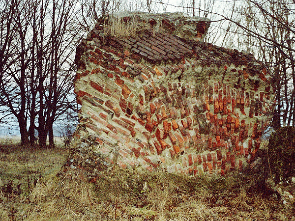 Ułamek muru z portalu nad wejściem do kościoła (Fot. Marcin Romer)